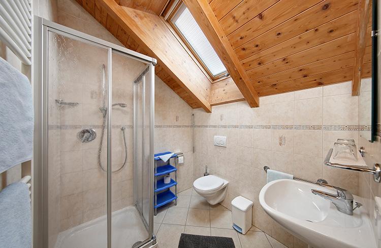 Doppelzimmer Mit Balkon Doppelzimmer − Badezimmer Mit Dusche ...